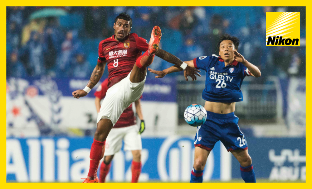 Guangzhou Evergrande's Paulinho (#8) and Yeom Ki-hun (#28) of Suwon Samsung Bluewings vie for the ball in the 2-2 draw in the AFC Champions League on Matchday Two.